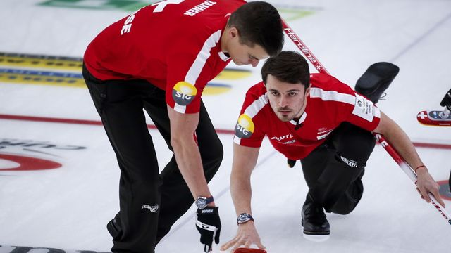 Benoît Schwarz (à droite) et Valentin Tanner ont réagi après une nouvelle défaite contre l'Italie. [Jeff McIntosh - AP]