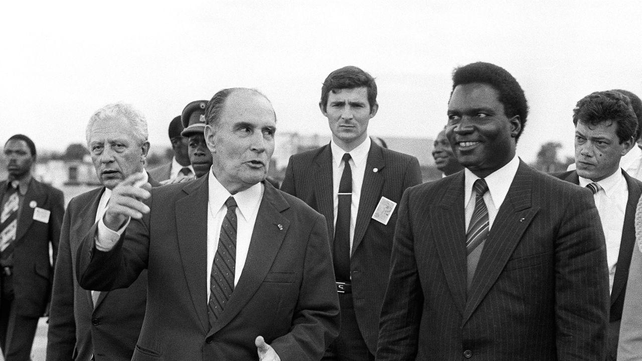 François Mitterrand (à gauche) et Juvenal Habyarimana, le 10 décembre 1984.  [GEORGES GOBET - AFP]