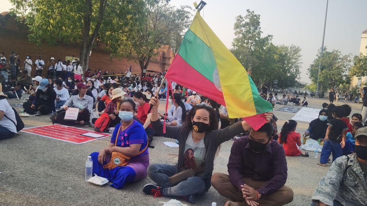 Manifestation à la frontière en Thaïlande et Birmanie, en avril 2021. [Carol Isoux - RTS]
