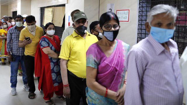 File d'attente dans un centre de vaccination à Prayagraj, en Inde, 07.04.2021. [Rajesh Kumar Singh - AP/Keystone]