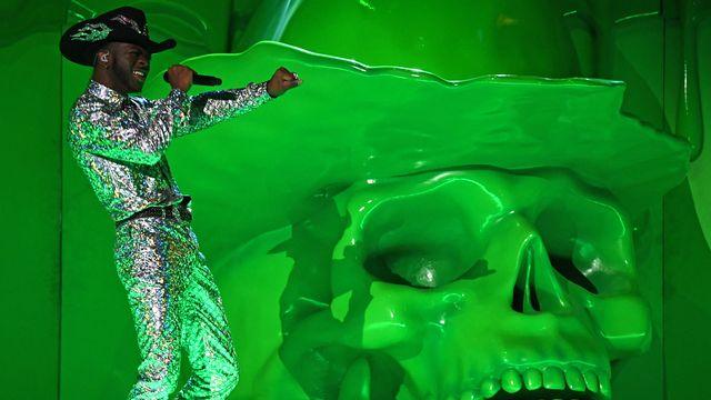 """Le rappeur américain Lil Nas X, ici sur la scène des 62e Grammy Awards le 26 janvier 2020, a collaboré à la création des """"Satan Shoes"""". [Robyn Beck - AFP]"""