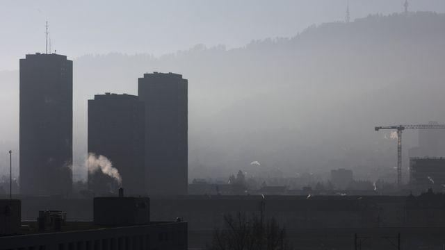 Fumée et brouillard sur la ville de Zurich. [Gaetan Bally - KEYSTONE]