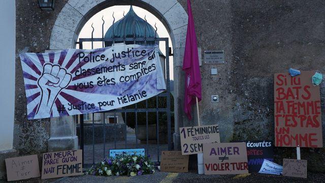 Une manifestation à Porrentruy (JU) pour dénoncer la décision de classement d'une plainte déposée après un féminicide.  [Gaël Klein   -  RTS]