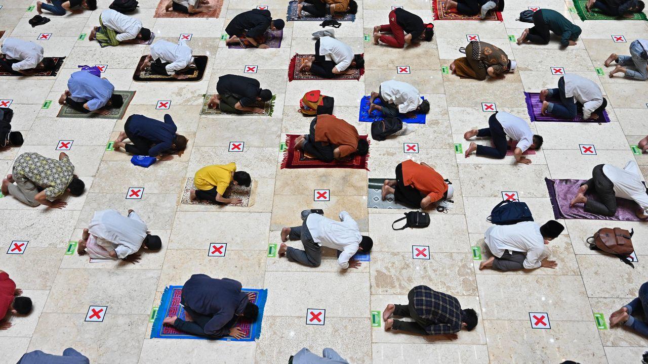 Nombre de pays musulmans entrent mardi dans la période du ramadan. Celle-ci est assombrie pour la deuxième année consécutive par la pandémie de Covid-19. Les rassemblements et les prières sont limités dans plusieurs pays.  [ADEK BERRY - AFP]