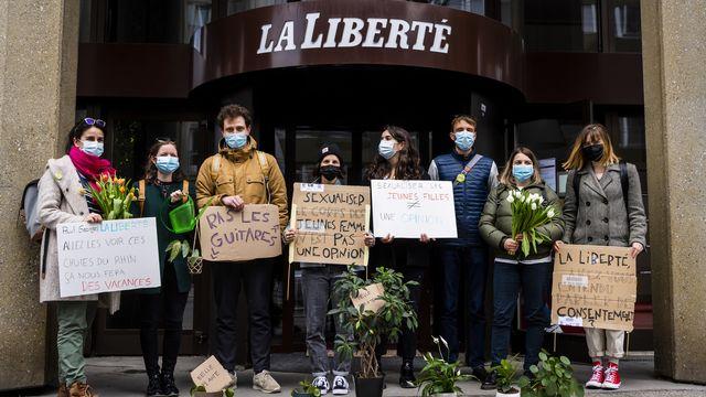 Des militants manifestent devant les locaux de La Liberté à Fribourg, le 13 avril 2021. [Jean-Christophe Bott - KEYSTONE]