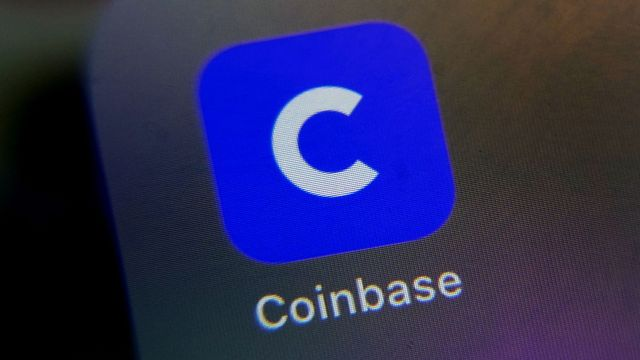 Avant son entrée en Bourse, la compagnie Coinbase a profité de l'ascension fulgurante du bitcoin depuis environ un an, le cours du cryptoactif passant de 6500 à 62'000 dollars mardi. [Richard Drew - Keystone]