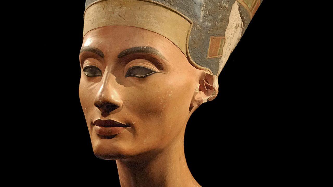 Photo du buste de Néfertiti dans le Neues Museum de Berlin (Allemagne, 2009). [Philip Pikart - WikiCommons CC-BY-SA 3.0]
