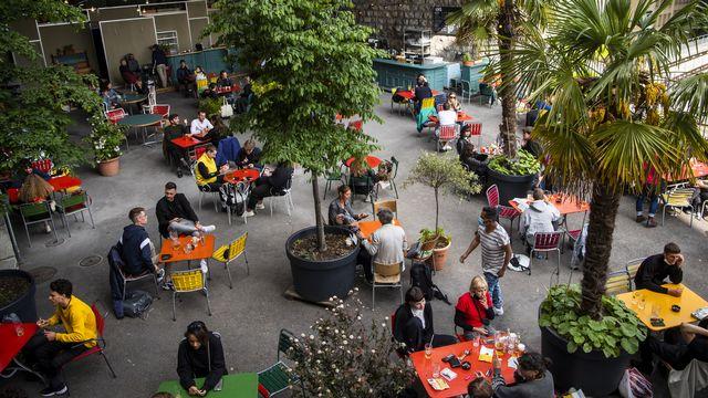 La population suisse pourra renouer avec leurs activités préférées dès lundi. Le Conseil fédéral a décidé mercredi de rouvrir sous condition les terrasses, les cinémas, les théâtres ou encore les stades de football. [JEAN-CHRISTOPHE BOTT - KEYSTONE]