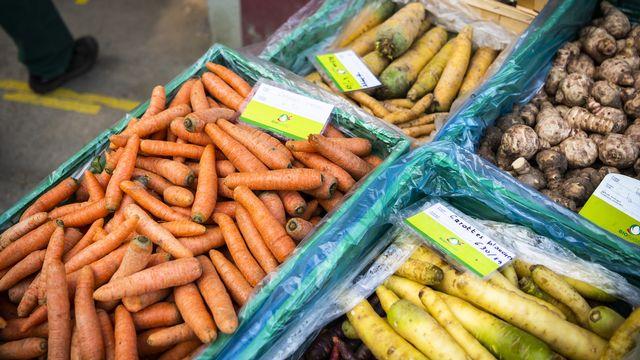 Des produits bio sur un marché à la ferme à Bavois en avril 2020. [Jean-Christophe Bott - Keystone]