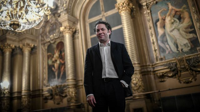 Le chef d'orchestre vénézuélien Gustavo Dudamel au Palais Garnier, à Paris, le 15 avril 2021. [STEPHANE DE SAKUTIN  - AFP]
