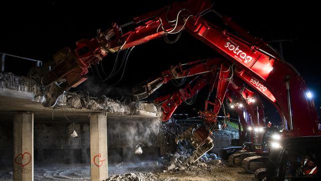 La démolition de la partie amont du pont de l'A9 sur la route Puidoux-Forel a débuté vendredi soir. [Jean-Christophe Bott - Keystone]