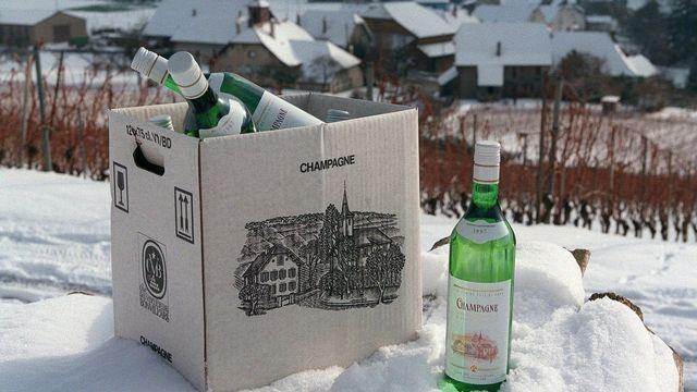 Un carton de vin de Champagne (VD) photographié en 1998, quand la Commission européenne a demandé à la Suisse de faire disparaître cette appellation. [Fabrice Coffrini - Keystone]