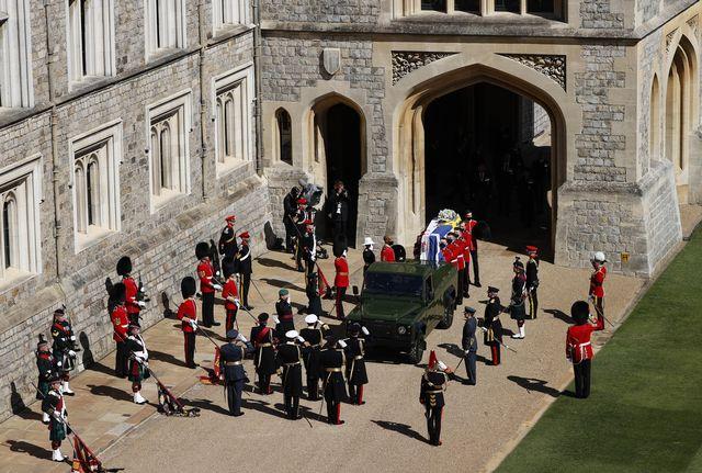 Le corps du prince Philip a été transporté à bord d'un austère pick-up Land Rover vert que le duc d'Edimbourg a lui-même contribué à modifier. [Adrian Dennis/Pool via AP - Keystone]
