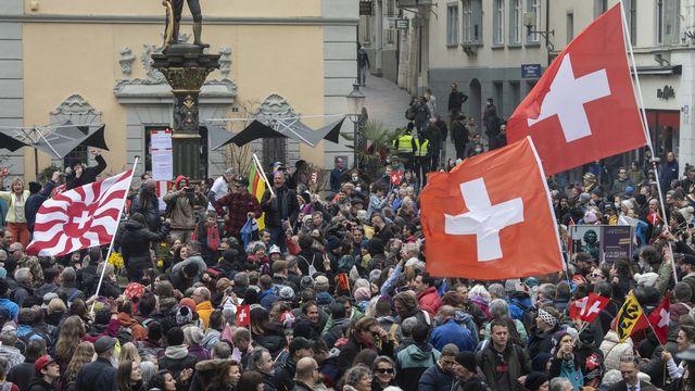 Un millier de personnes se sont rassemblées à Schaffhouse pour dénoncer les mesures de lutte contre le coronavirus. [Ennio Leanza - Keystone]