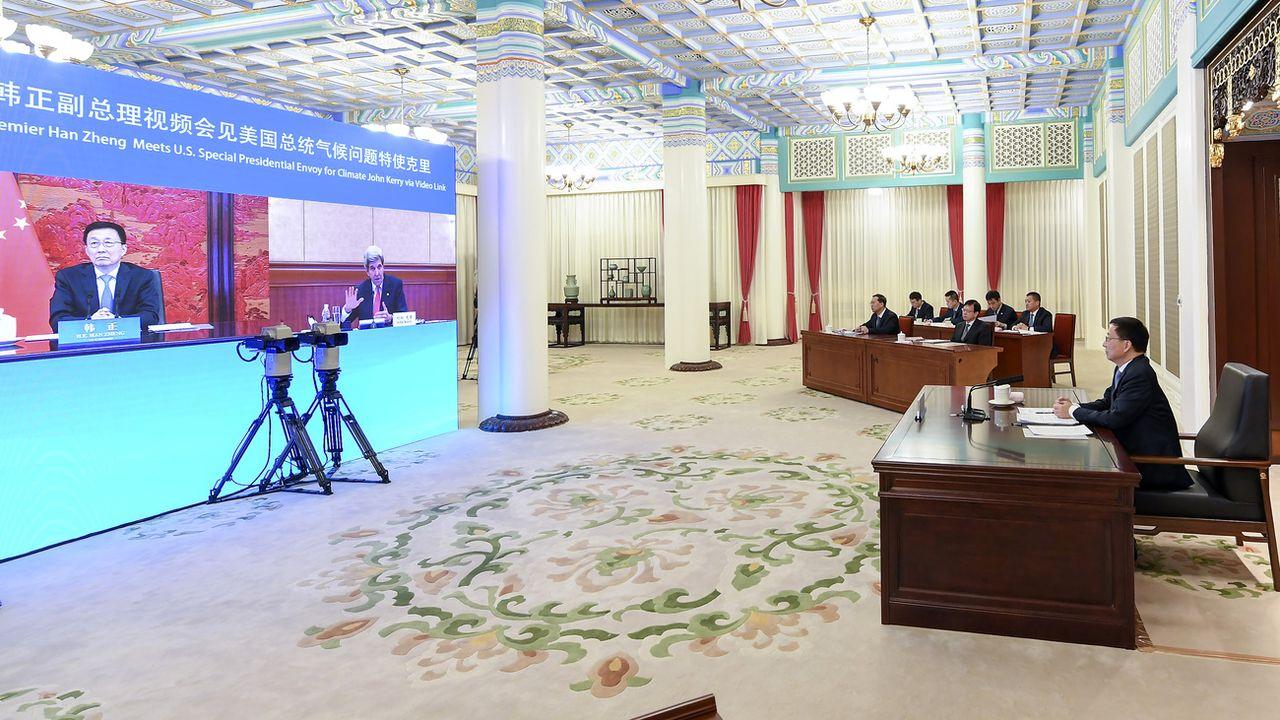 Lors de sa visite en Chine, John Kerry a aussi discuté vendredi en visioconférence avec des responsables chinois, notamment le vice-Premier ministre Han Zheng (à gauche sur l'écran). [Keystone]