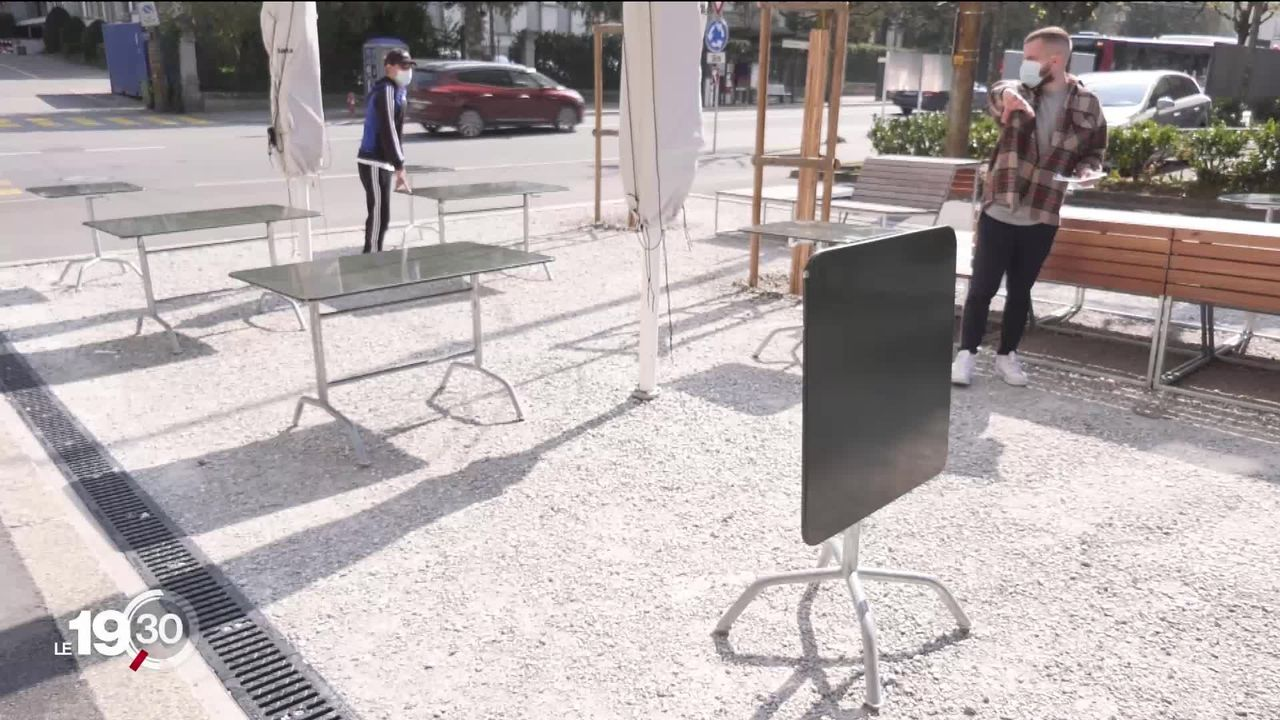 Les terrasses peuvent rouvrir demain. Certains restaurateurs préparent les tables, mais d'autres préfèrent rester fermés [RTS]