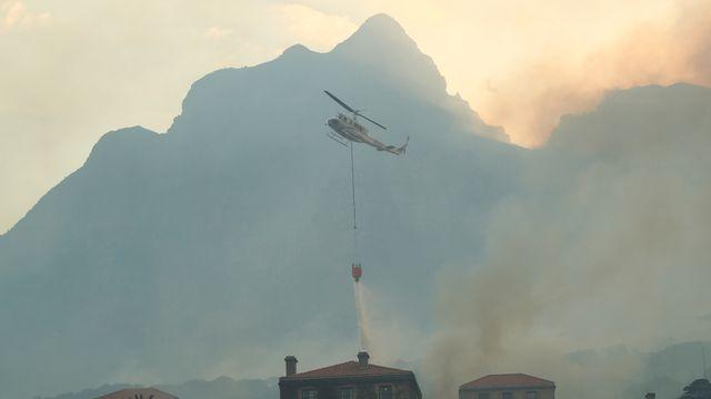 Un incendie s'est déclaré sur la montagne emblématique de la ville sud-africaine du Cap. [Mike Hutchings - Reuters]