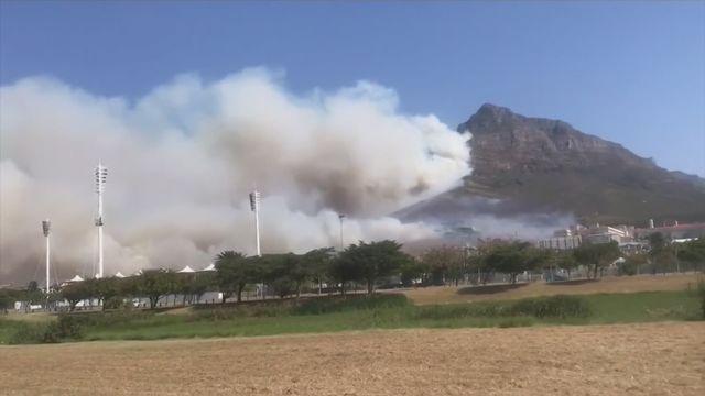 Incendie sur la montagne emblématique de la ville sud-africaine du Cap [RTS]