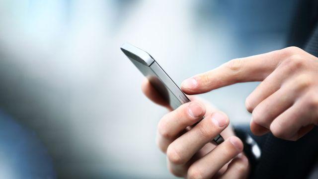 Gros plan sur une main qui consulte un smartphone. [tatsianama - Depositphotos]