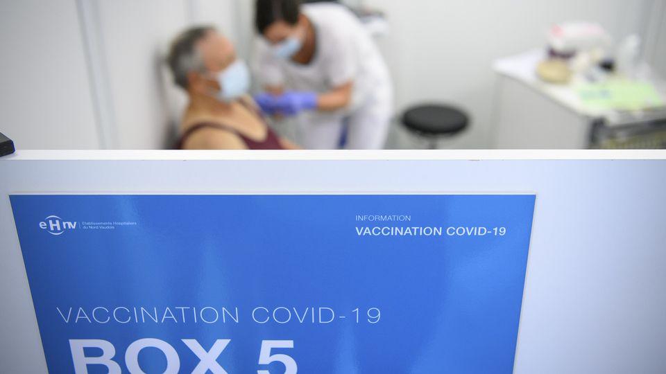 Plus de deux millions de personnes ont reçu au moins une dose de vaccin en Suisse.  [Laurent Gilliéron - Keystone]