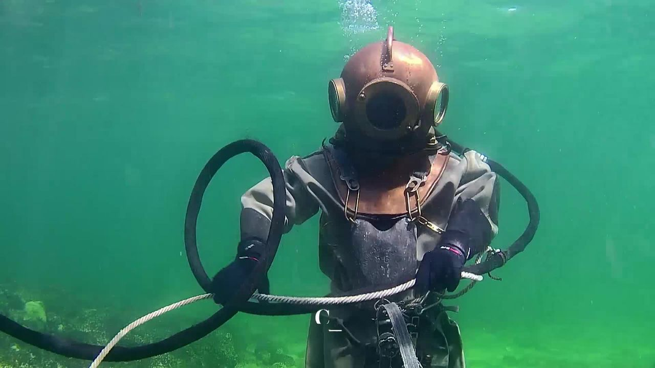 Sous l'eau: le vaudois Thierry Goël plonge en scaphandre pieds-lourds. [RTS]