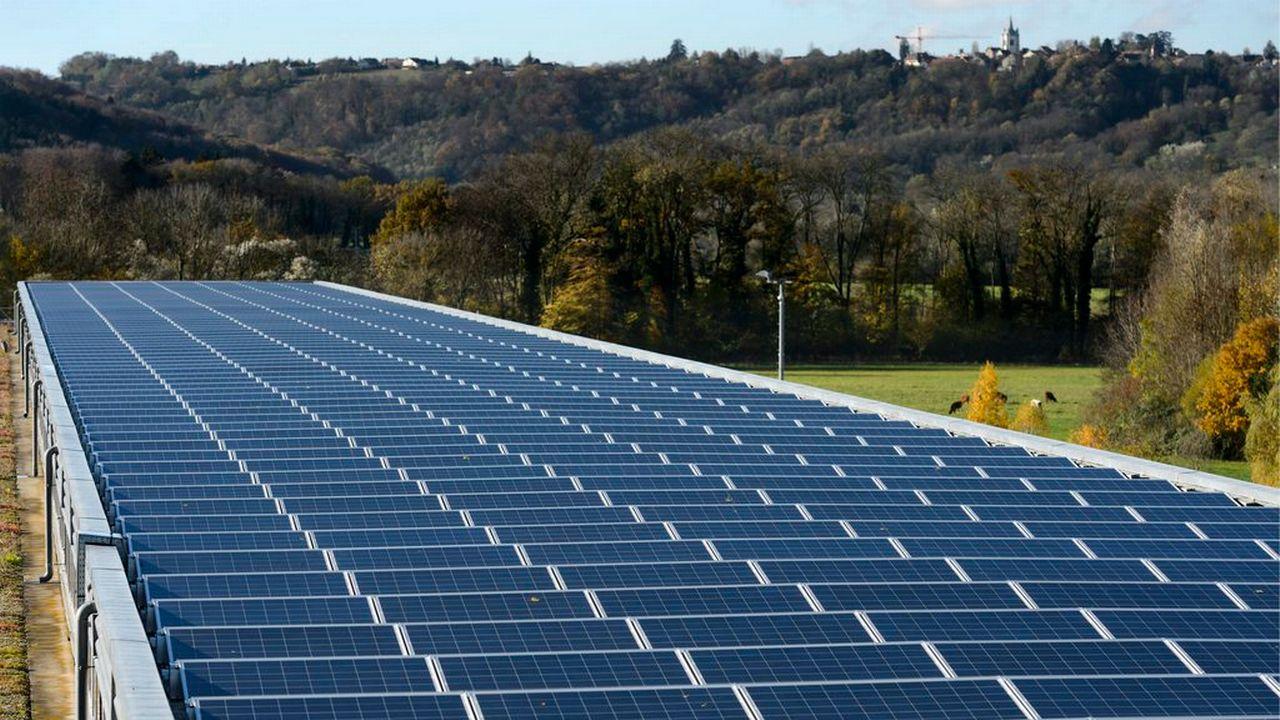 Centrale photovoltaïque sur le toit du centre de tri postal de Daillens (VD). [Laurent Gilliéron - Keystone]