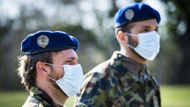 L'armée n'a pas acheté trop cher les masques de protection au début de la pandémie de Covid-19. C'est la conclusion d'un audit interne du Département fédéral de la Défense (DDPS) publié jeudi. Des améliorations devront toutefois être apportées d'ici la fin de l'année. [JEAN-CHRISTOPHE BOTT - KEYSTONE]