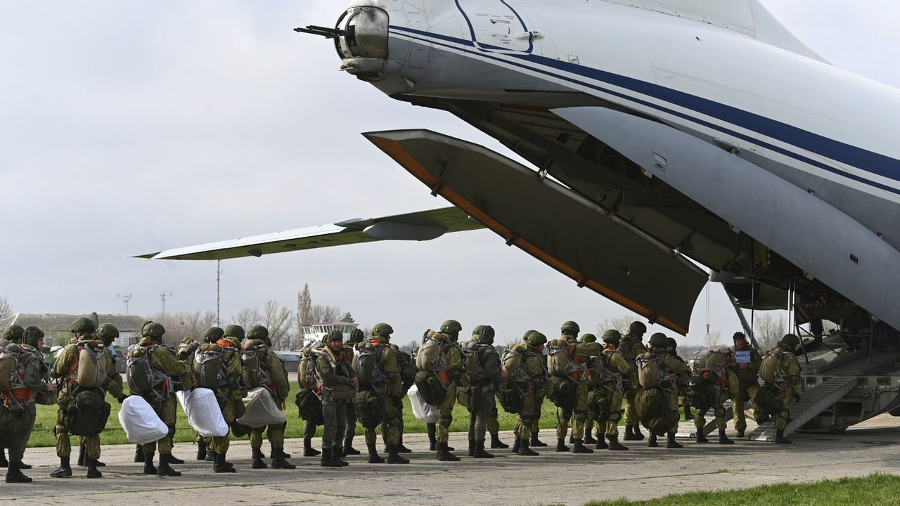 La Russie a annoncé qu'elle lancerait dès vendredi le retrait de ses troupes massées près de l'Ukraine. [Keystone - AP]