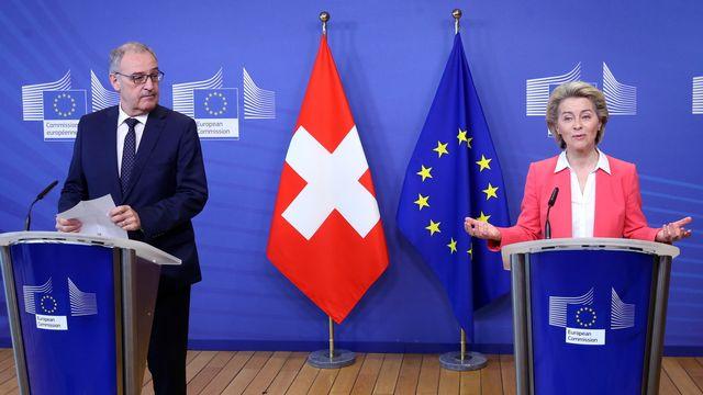 Guy Parmelin et Ursula von der Leyen au sortir de leur rencontre bilatérale sur l'accord-cadre entre la Suisse et l'Union européenne, le 23 avril 2021 à Bruxelles. [FRANCOIS WALSCHAERTS - EPA/Keystone]