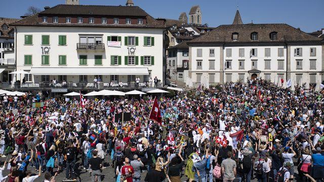 Une manifestation interdite contre les mesures anti-coronavirus a réuni plusieurs milliers de personnes non masquées samedi à Rapperswil-Jona. [Gian Ehrenzeller - Keystone]