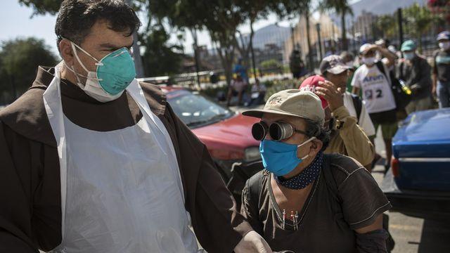 Le Pérou a imposé le port de deux masques pour contrer l'augmentation des nouvelles contagions au Covid-19. [Rodrigo Abd - AP/Keystone]