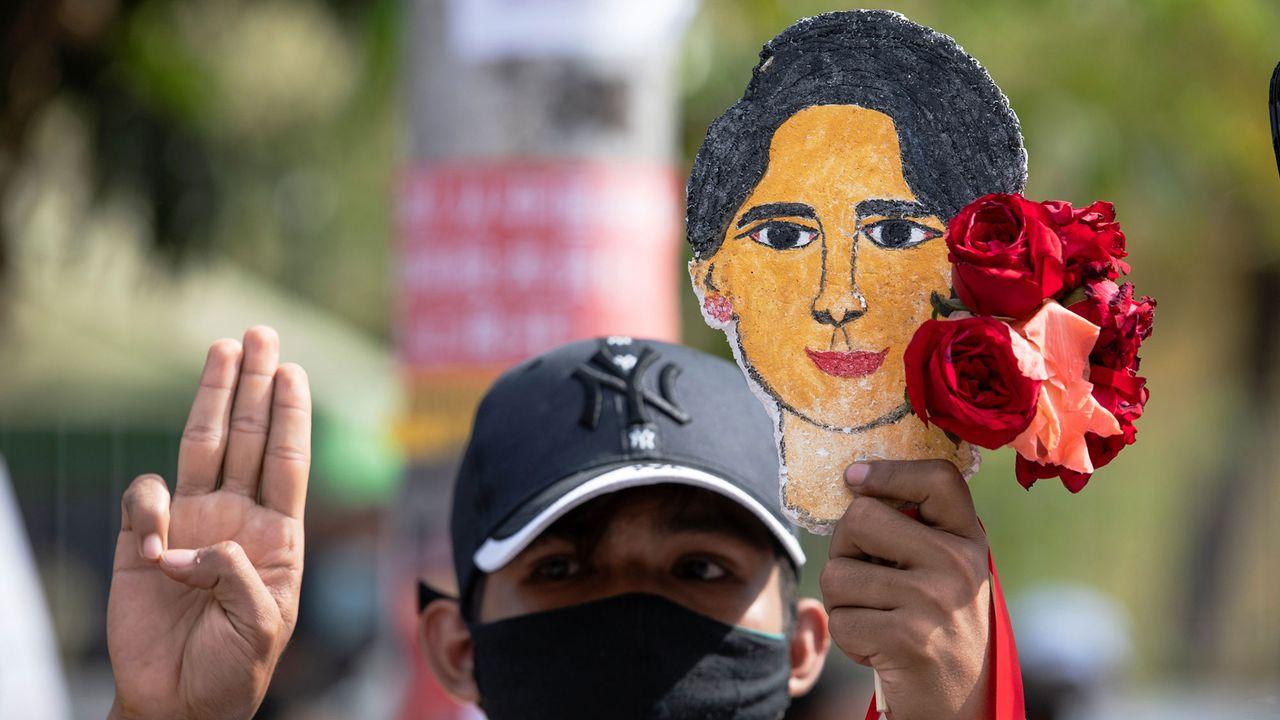 Un manifestant en Birmanie qui demande la libération de Auun San Suu Kyi.  [Stringer - Reuters]