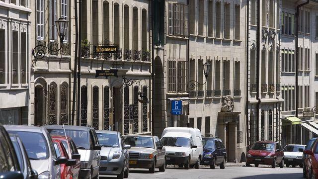 Des places de stationnement dans la Grande-Rue, à Fribourg. [Martin Ruetschi - KESYTONE]