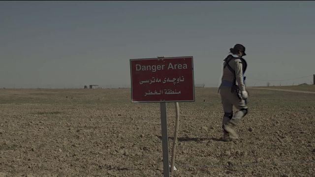 Les démineuses d'une ONG suisse sur les terres de Daesh. [RTS]