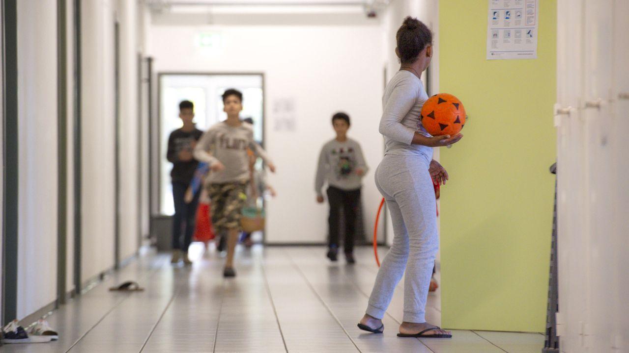 Des enfants jouent dans un centre temporaire d'asile à Balerna, le 8 octobre 2020. [Francesca Agosta - Keystone/Ti-Press]