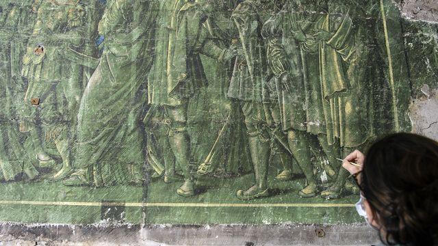 Le chantier de l'Hôtel cantonal fribourgeois, siège du Grand Conseil, a mis au jour une fresque du XVIe siècle, cachée depuis près de 200 ans, représentant la scène biblique Suzanne au bain, aussi connue sous le nom de Suzanne et les deux vieillards.  [PETER SCHNEIDER - KEYSTONE]