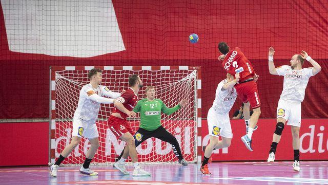 La Suisse (en rouge) a frôlé l'exploit contre le Danemark (en blanc). [Ennio Leanza - Keystone]