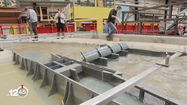 """La maquette en test du futur barrage sur le Rhône dans le Chablais. [Une maquette à l'échelle XX de ce barrage hydroélectrique projeté dans le Chablais a été créée à l'EPFL pour permettre de s'assurer de la faisabilité du projet.  """"Cette modélisation physique sert d'abord à réaliser le concept du barrage et de la centrale"""", explique Giovanni De Cesare, Directeur de la plateforme PCH-EPFL, jeudi dans le 12h45 de la RTS. """"Ensuite, il y a l'optimisation: il faut modifier un peu certains éléments pour que cela fonctionne mieux. Et à la fin, on fait des essais systématiques de tous les cas de charge imaginés - crues, bois flottant, niveaux bas comme niveaux hauts, et exploitation normale"""".  Reportage 12h45 29.04.2021 - RTS]"""