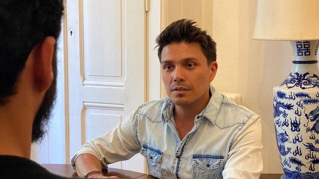 Adrian Stiefel,, en entretien avec Mario, [Adrian Stiefe - DR]
