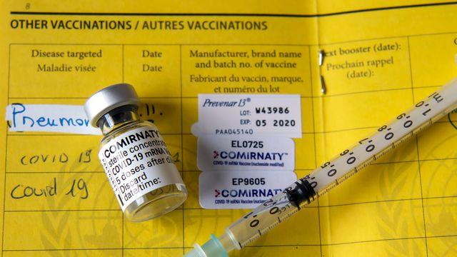 Les autorités envisagent toujours de pouvoir injecter une première dose de vaccin anti-Covid-19 à tous les adultes qui en feront la demande d'ici la fin du mois de juin. [Martial Trezzini - Keystone]