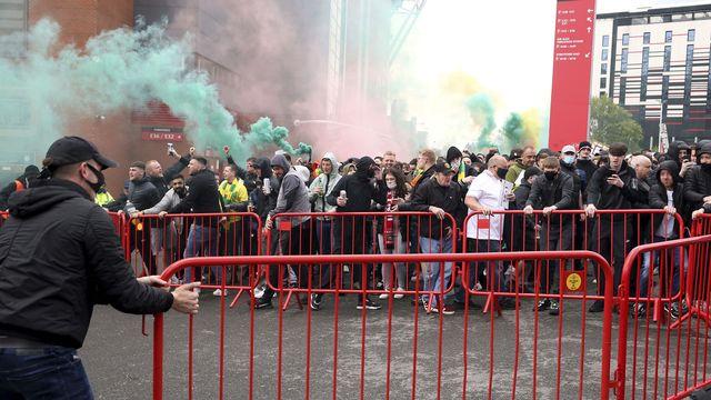 Les supporters de ManU ont fait part de leur colère dimanche à Old Trafford. [Barrington Coombs - Keystone]