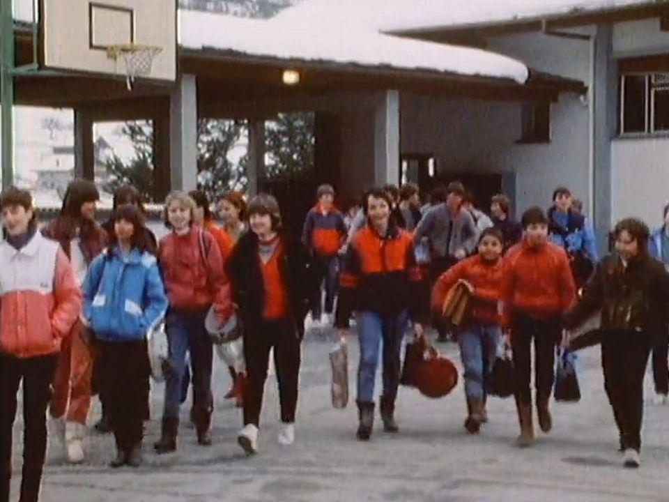 Les élèves du Val de Bagnes et de Vollèges se rendent au cycle d'orientation du Châble. [RTS]
