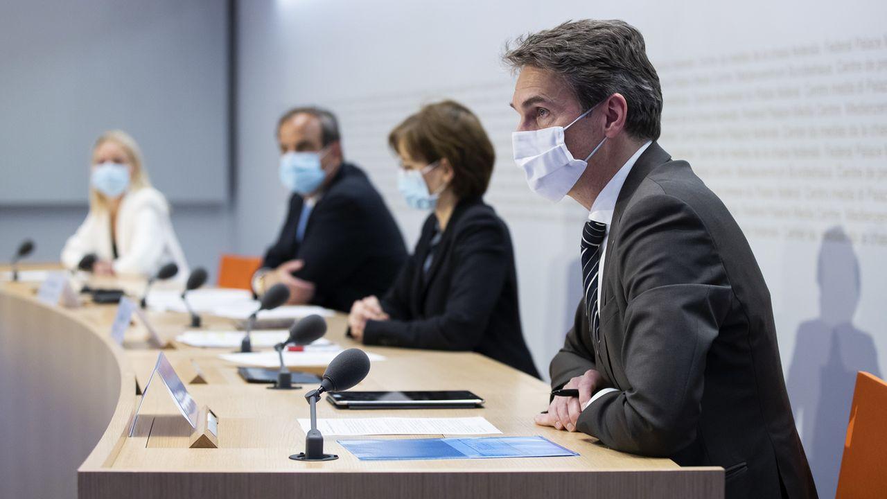 Le comité interpartis pour la loi Covid-19 devant la presse à Berne, 03.05.2021. [Peter Klaunzer - Keystone]