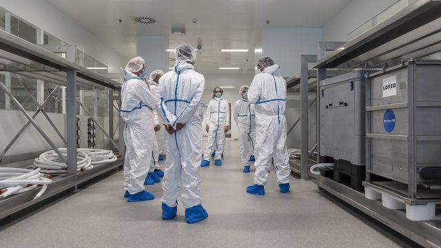 Des techniciens dans les installations de l'usine Lonza à Viège (VS), le 11 janvier 2021. [Alessandro della Valle - Keystone]