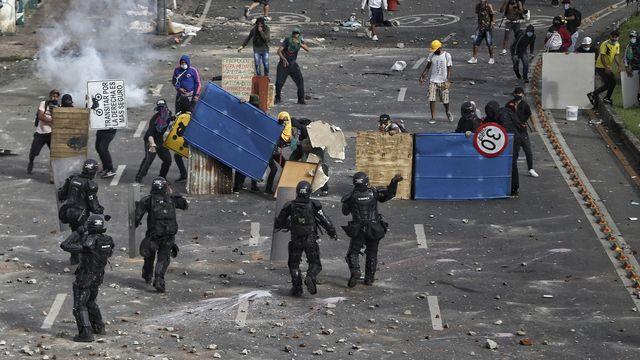 Les violences lors des manifestations contre une réforme fiscale en Colombie ont fait une vingtaine de morts. [AP Photo/Andres Gonzalez - Keystone]