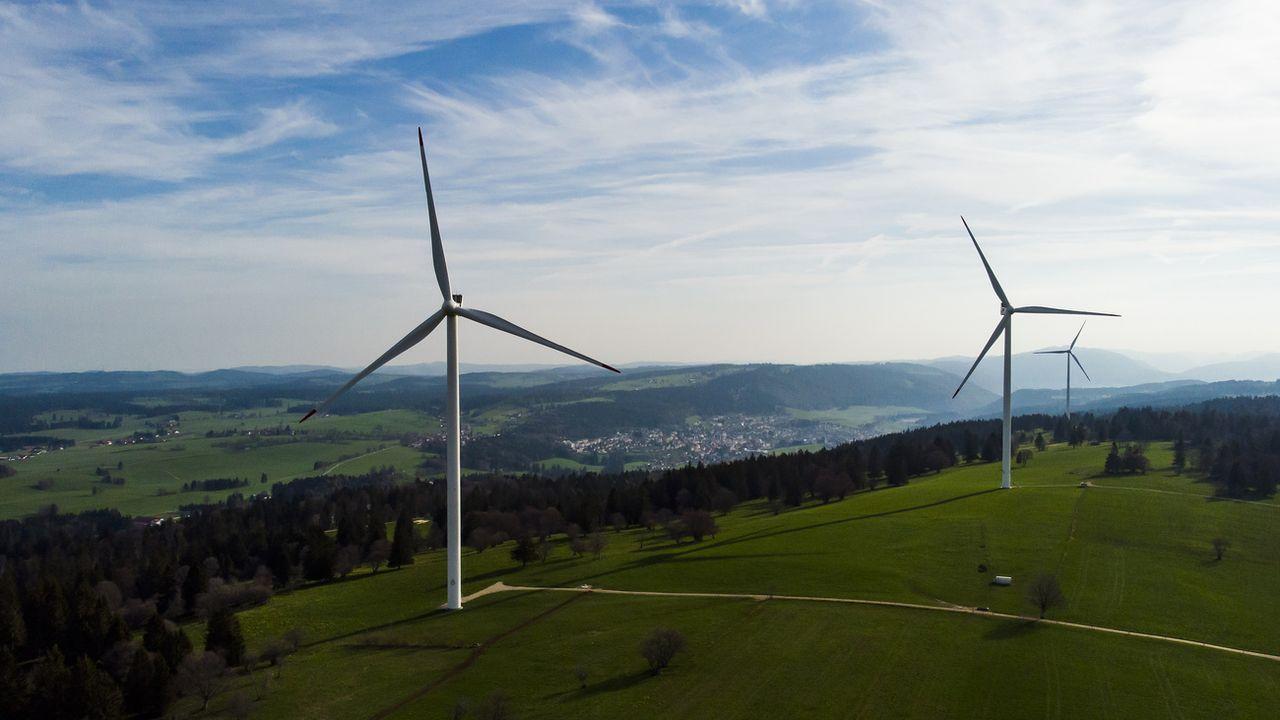 Les éoliennes installées entre le Mont-Soleil et le Mont-Crosin. [Léandre Duggan - Keystone]