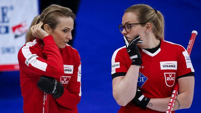 Silvana Tirinzoni (à g.) et Alina Pätz en pleine discussion lors du match face à la Suède. [Jeff McIntosh - Keystone]
