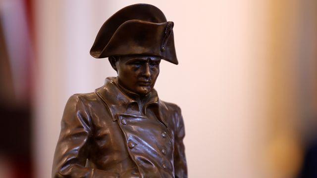 Une statue de bronze de Napoléon est mise aux enchères à Fontainebleau à l'occasion du bicentenaire de la mort de l'empereur. [Sarah Meyssonnier - Reuters]