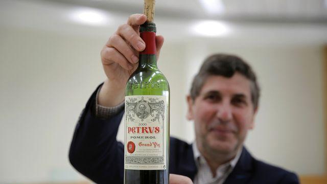 Une bouteille de Petrus revenue de l'espace estimée à 1 million de dollars. [Christophe Ena - Keystone ]