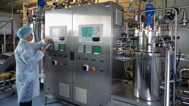 Chaîne de production de vaccins chez Berna Biotech à Berne en 2003. [Gaëtan Bally - Keystone]